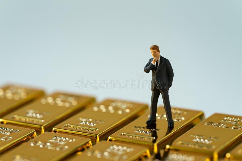Selectieve nadruk bij de miniatuurcijferzakenman status op scheenbeen royalty-vrije stock afbeelding