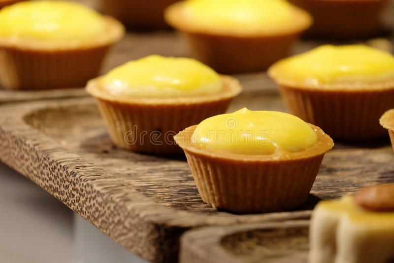 In selectieve nadruk een rij van tartlets van de citroenkaas royalty-vrije stock fotografie