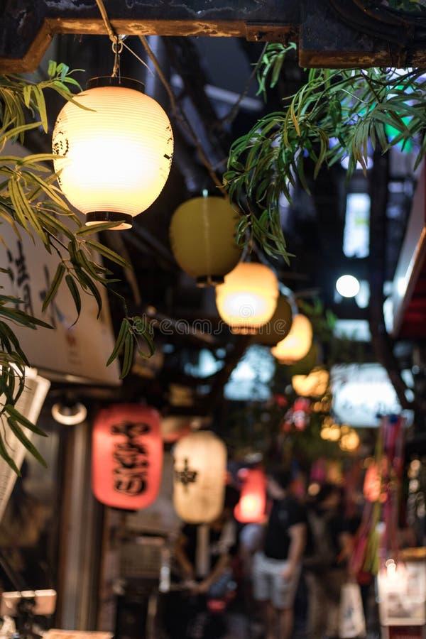 Selectieve nadruk Lantaarn hangging lucht in Omoide Yokocho in Shinjuku Dit beeld behoort tot reeks die pics met id's omvat: 1609 royalty-vrije stock afbeeldingen