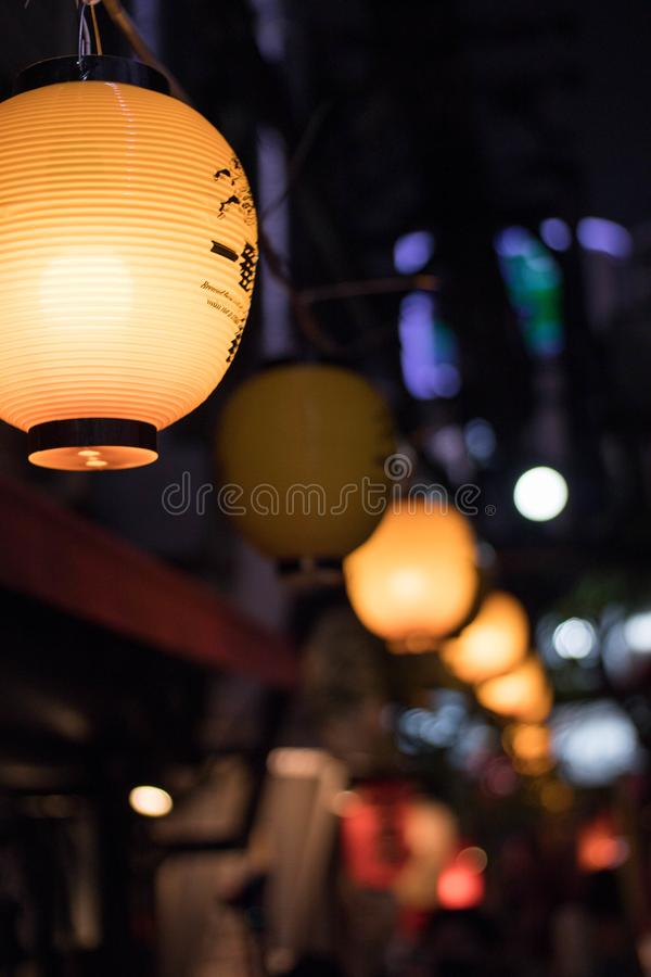 Selectieve nadruk Lantaarn hangging lucht in Omoide Yokocho in Shinjuku Dit beeld behoort tot reeks die pics met id's omvat: 1609 royalty-vrije stock fotografie