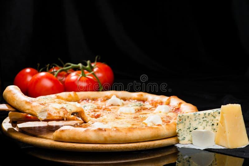 Selectieve nadruk op gesneden stuk van smakelijke Italiaanse kaas piz stock foto's