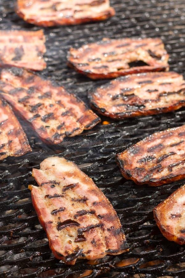 Selectieve nadruk op het bacon op de hete grill met ondiepe diepte van mening royalty-vrije stock foto's