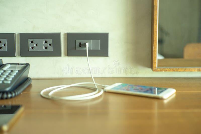 Selectieve nadruk op muur elektroafzet met lader van mobiele telefoon royalty-vrije stock afbeeldingen