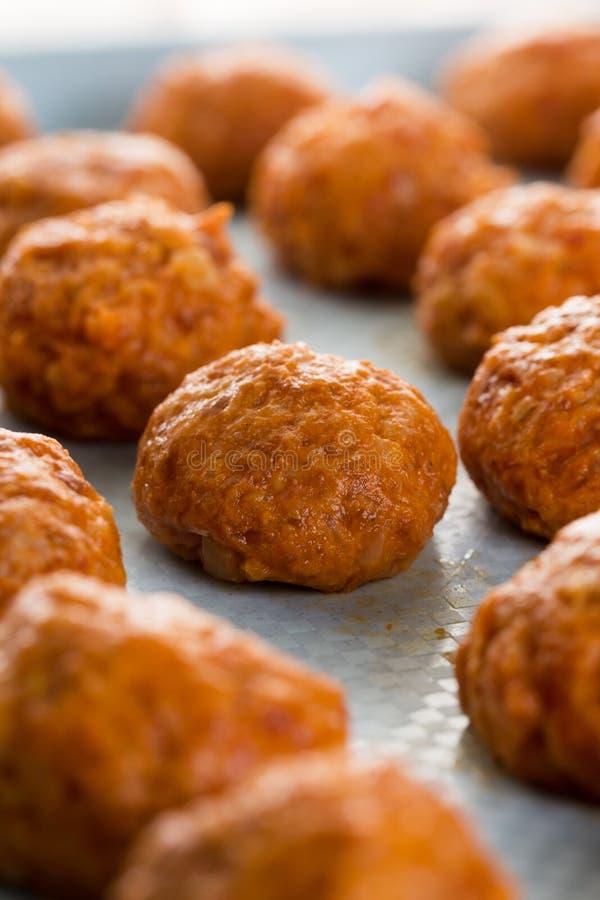 Selectieve nadruk op ruwe gehaktvleesballetjes klaar voor baksel stock foto