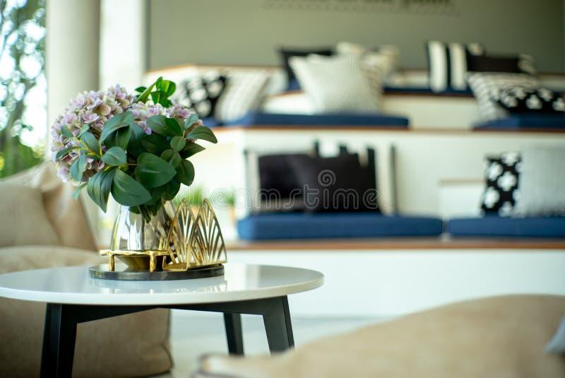 Selectieve nadruk van comfortabel kinderspel met hoofdkussen in woonkamer Close-up modern meubilair in het comfortabele huis royalty-vrije stock foto's