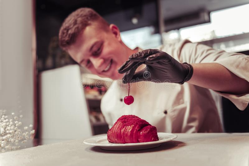 Selectieve nadruk van een kers die het croissant verfraaien stock afbeelding
