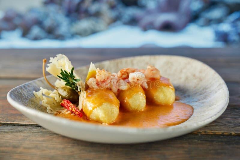 Selectieve nadruk van exotische die zeevruchten voor diner worden gekookt stock afbeelding
