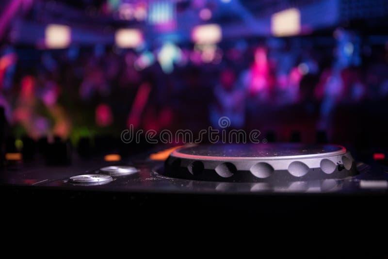 In selectieve nadruk van het Procontrolemechanisme van DJ Het de console van DJ deejay het mengen zich bureau bij muziekpartij in royalty-vrije stock foto