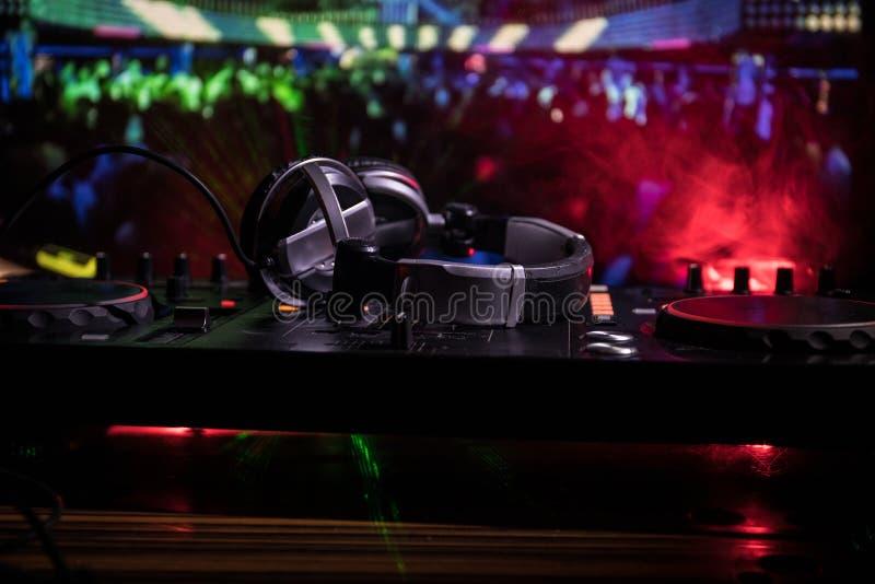 In selectieve nadruk van het Procontrolemechanisme van DJ Het de console van DJ deejay het mengen zich bureau bij muziekpartij in stock afbeeldingen