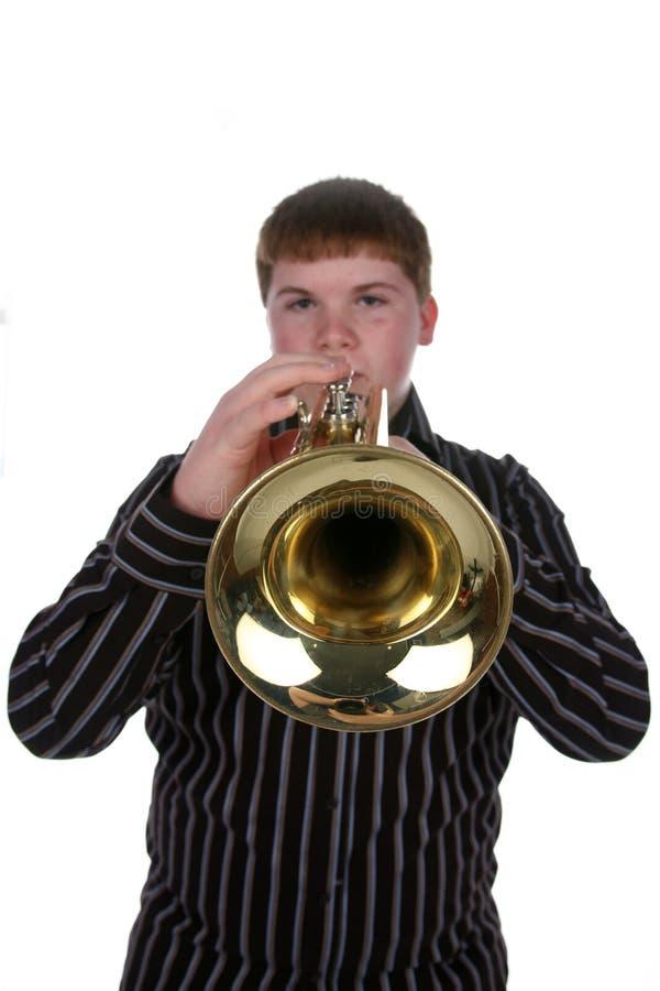 Selectieve nadruk van jongen het spelen trompet royalty-vrije stock afbeeldingen
