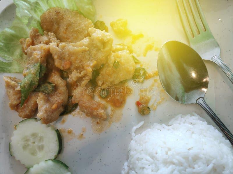 Selectieve nadruk van kip gezouten ei met witte rijst stock foto's