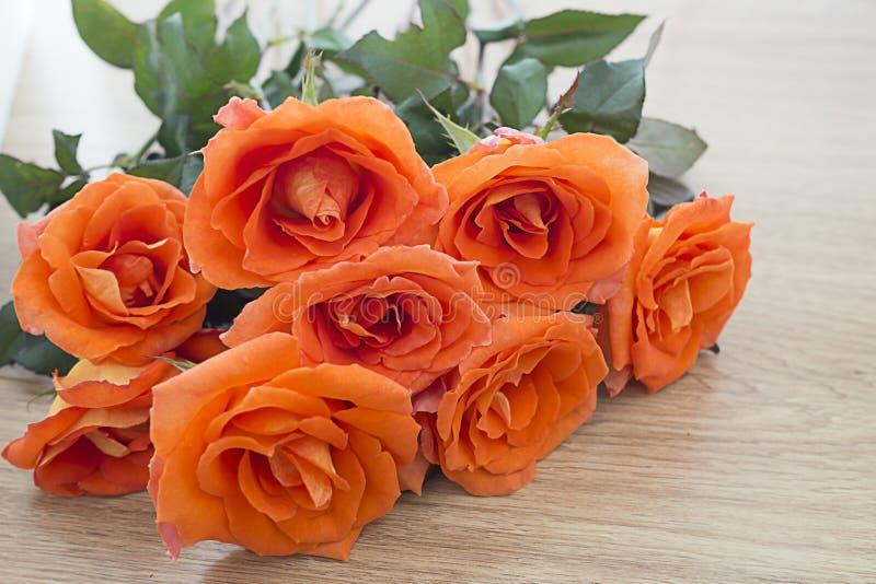 Selectieve nadruk van verse oranje rozen op houten achtergrond met exemplaarruimte voor één of andere tekst, Concept liefde, back stock foto