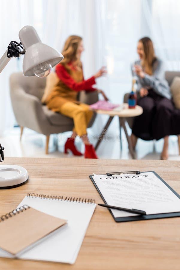 selekcyjna ostrość bizneswomany pracuje w nowożytnym biuro kontrakcie, dokumentach na stole i obraz stock