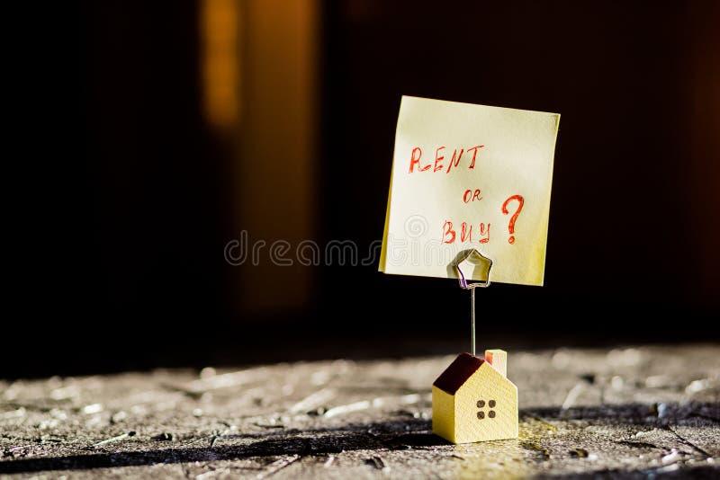 Selekcyjna ostrość domu model, plakat, żółty majcher z notatkami pisać z ` czynszu LUB zakupu ` tła nieruchomości domu istny mały obraz royalty free