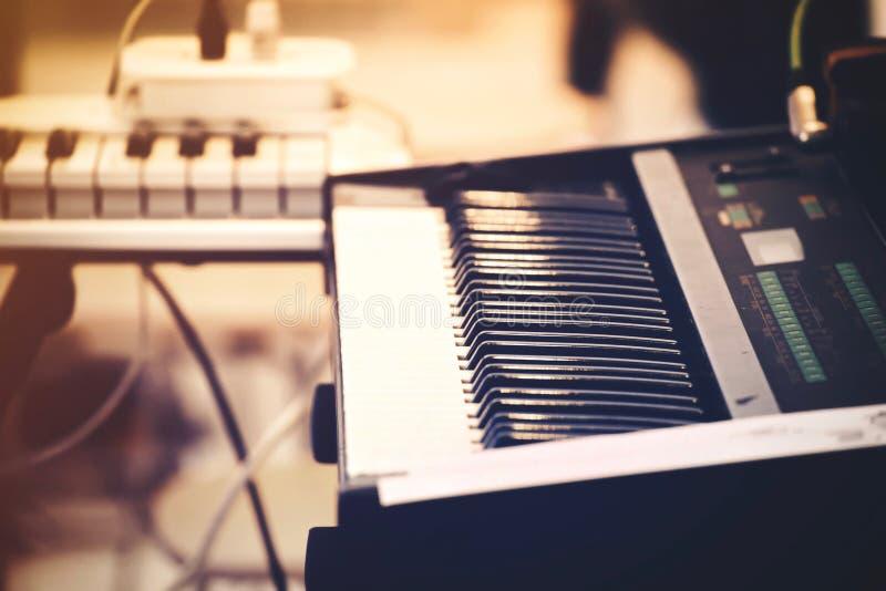 Selekcyjna ostrość Fortepianowa klawiatura lub pianino instrument Ekranowa brzmienie pomarańcze, błękit, purpura zdjęcie royalty free