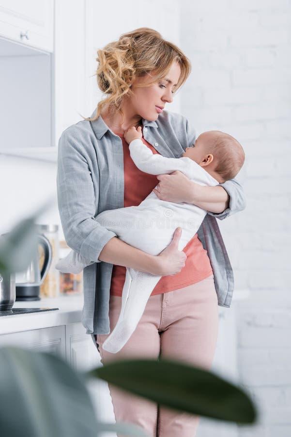 selekcyjna ostrość macierzystego mienia uroczy dziecięcy dziecko obraz stock