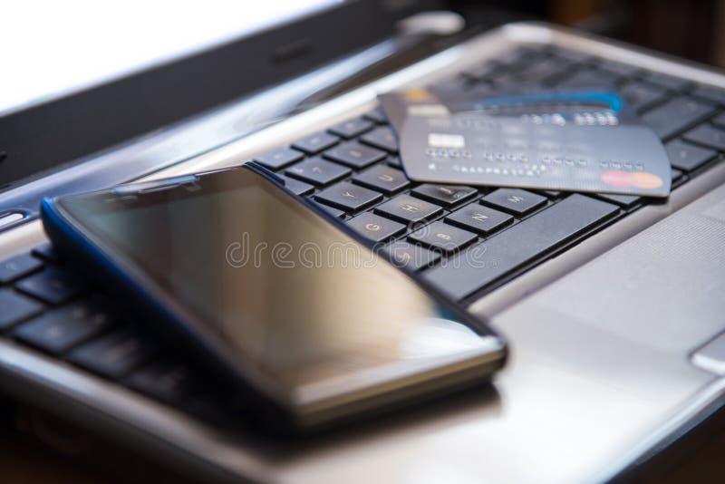 Selekcyjna ostrość na klawiaturowym telefonie komórkowym online i kredytowych kartach obraz stock