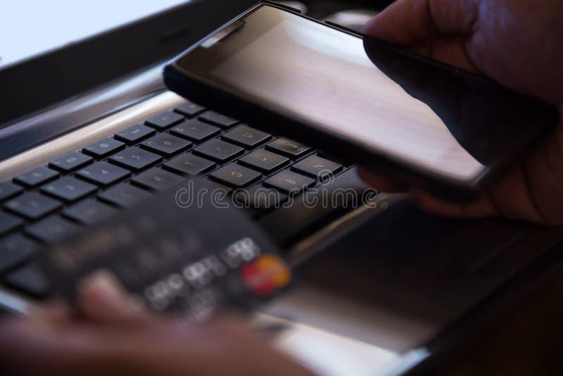 Selekcyjna ostrość na laptopu online telefonu komórkowego interneta płatniczym b zdjęcia stock