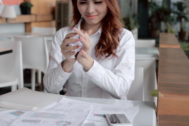 Selekcyjna ostrość na rękach bizneswomanu mienie miie papierkową robotę na biurku w biurze Zaakcentowany biznesowy pojęcie zdjęcie royalty free