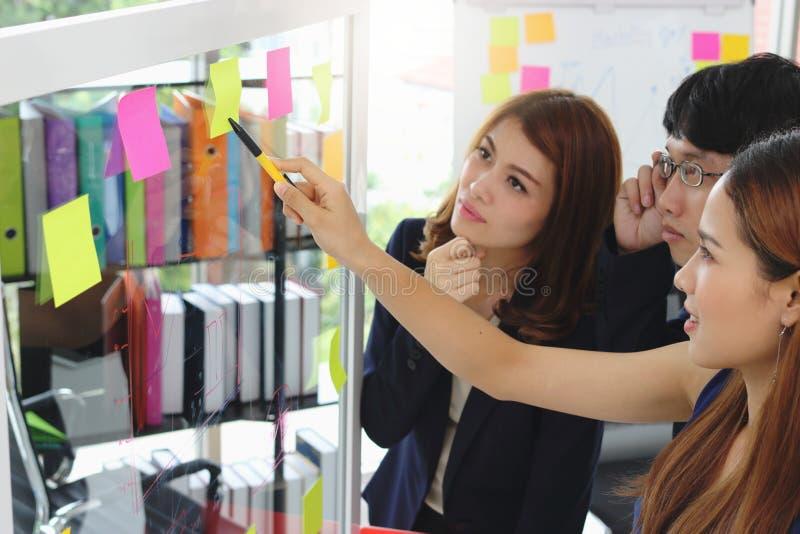 Selekcyjna ostrość na rękach młodzi Azjatyccy ludzie biznesu wyjaśnia strategie na trzepnięciu w sala konferencyjnej fotografia stock