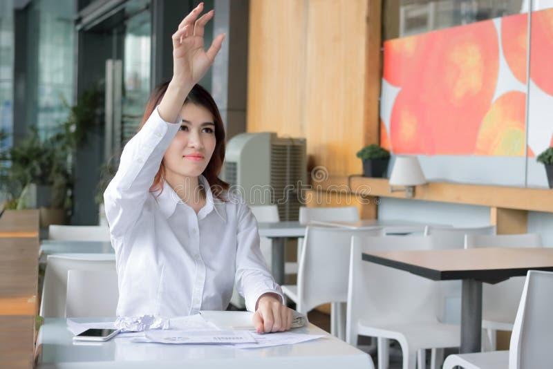 Selekcyjna ostrość na rękach sfrustowany Azjatycki bizneswomanu miotanie miie papierkową robotę w miejsce pracy Zaakcentowany biz fotografia royalty free