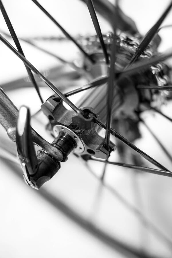 Selekcyjna ostrość na rowerowy szybkim - odłącza koło obrazy stock