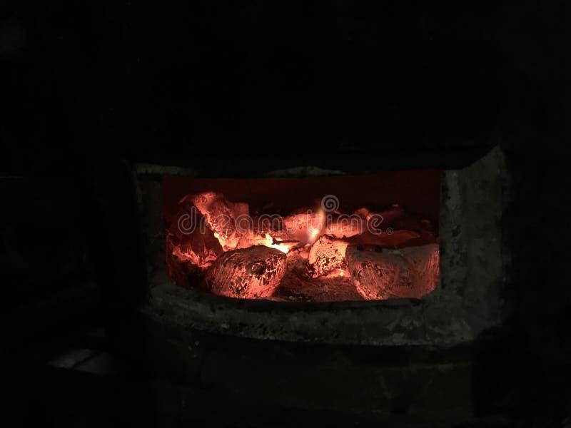 Selekcyjna ostrość na Rozjarzonej i płonie gorącej naturalnej drewnianego węgla drzewnego gomółce w ulicznym jedzenia BBQ grilla  obraz royalty free