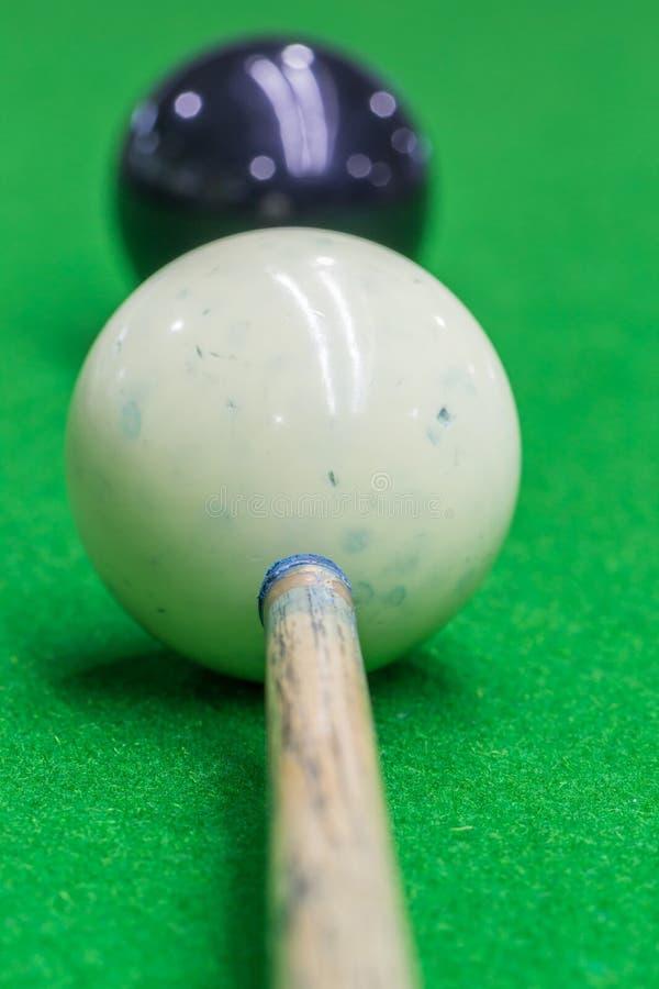 Selekcyjna ostrość na wskazówce i białej snooker piłki brudny błękit piszemy kredą p fotografia royalty free