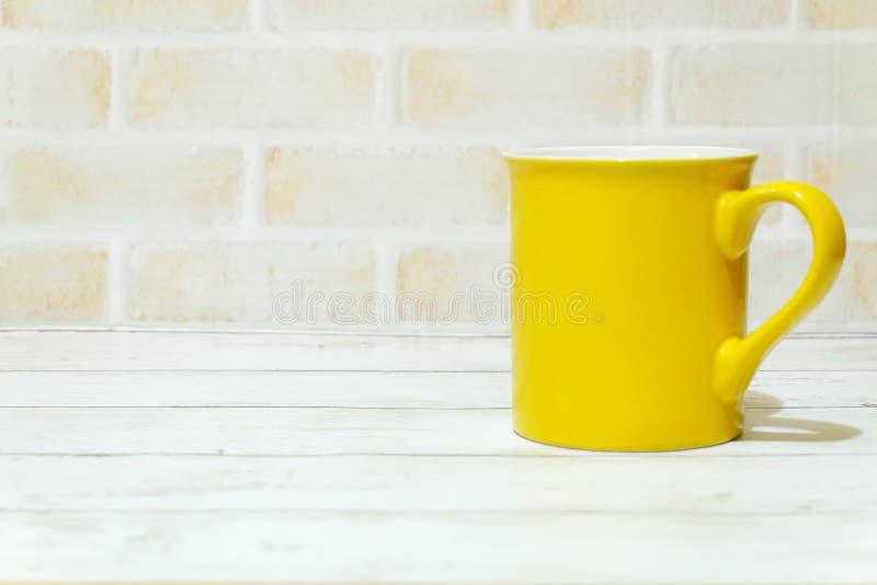 Selekcyjna ostrość odizolowywająca z kopii przestrzenią dla teksta żółty kubek fotografia royalty free