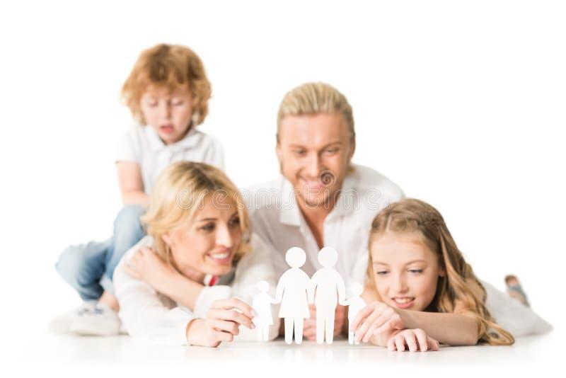 selekcyjna ostrość szczęśliwi potomstwa wychowywa i dzieciaki z papierową rodziną modelują zdjęcie stock