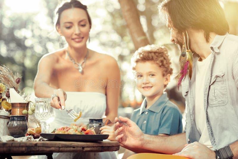 Selekcyjna ostrość talerz z sałatką na stole fotografia stock