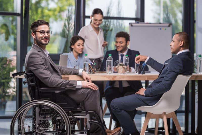 selekcyjna ostrość uśmiechać się niepełnosprawnego biznesmena fotografia stock
