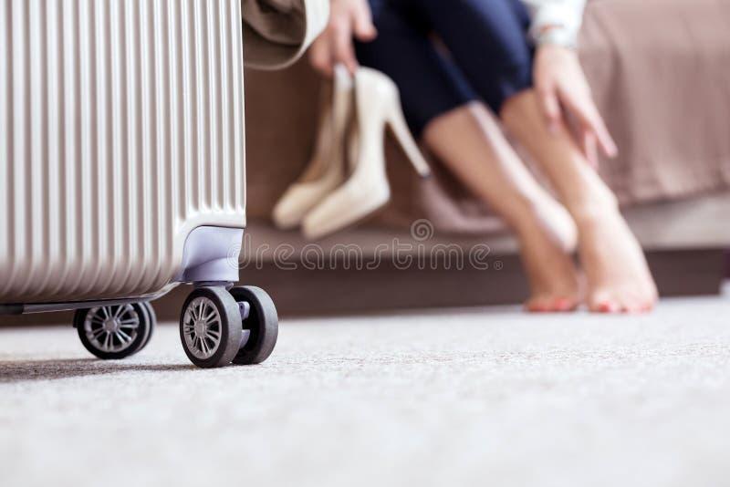 Selekcyjna ostrość walizki pozycja na podłodze obraz stock