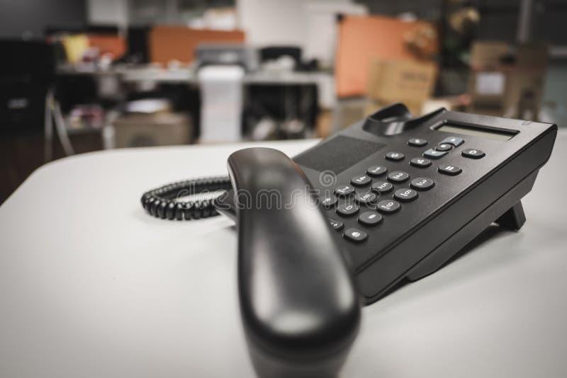 selekcyjnej ostrości klawiatury ip telefonu deveice na biurowym biurku obraz stock