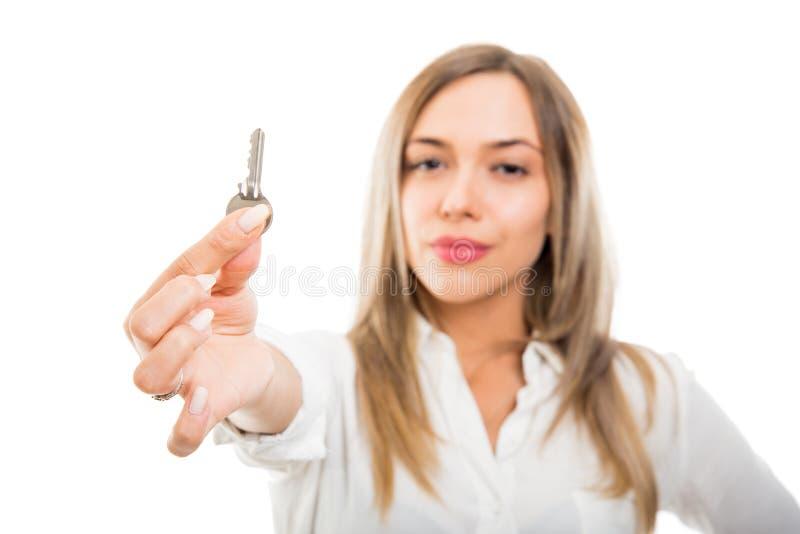 Selekcyjnej ostrości nieruchomości piękna biznesowa kobieta pokazuje mieszkanie klucz obraz royalty free