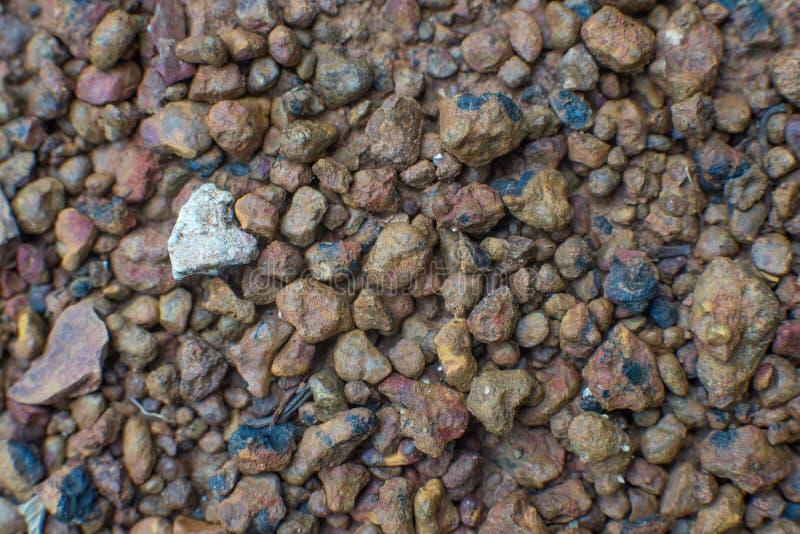 Selekcyjnej ostrości tło brzydka i nierówna żwir ziemia obraz stock
