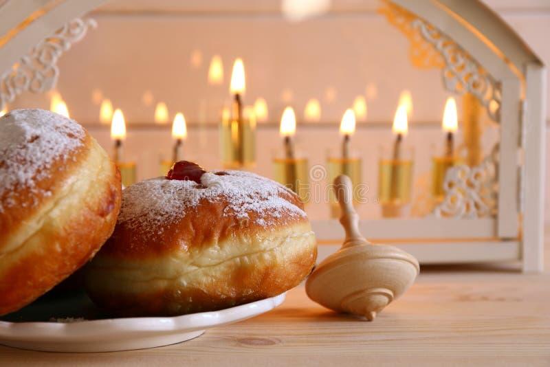 Selekcyjnej ostrości wizerunek żydowski wakacyjny Hanukkah