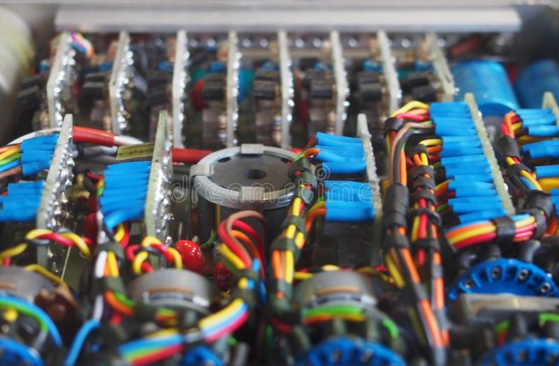 Selekcyjnej ostrości wizerunek kompleks barwił drutowanie i włączniki łączy obwód deski z elektrycznymi składnikami obrazy stock