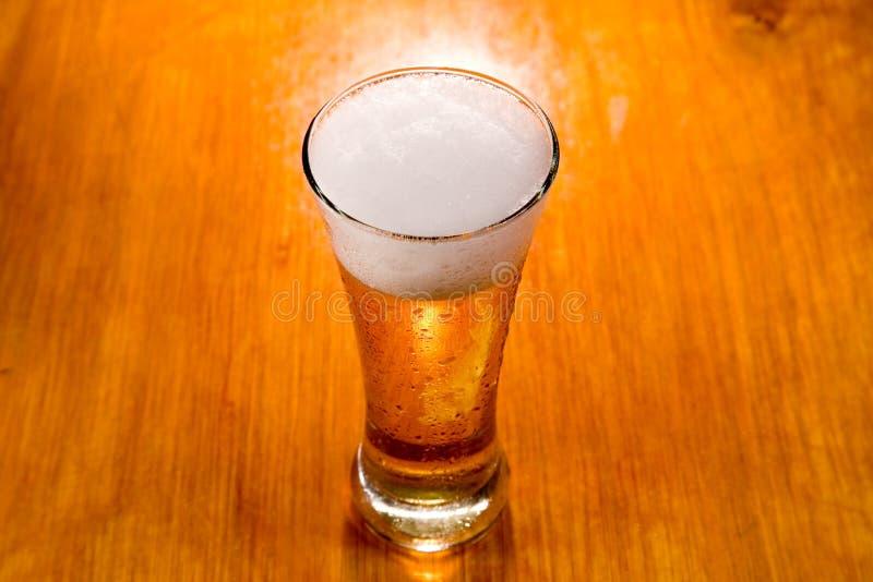 selekcyjny ostrości piwny szkło fotografia stock