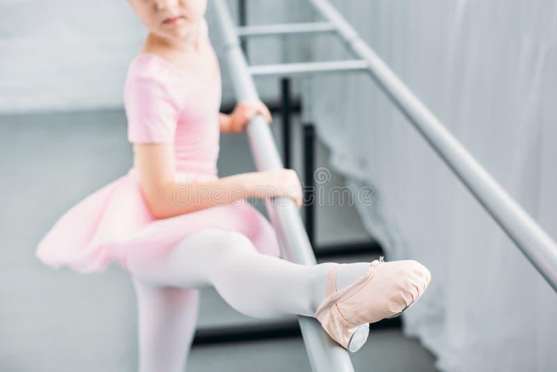 selektiv fokus av barnet i rosa öva för ballerinakjol arkivbild