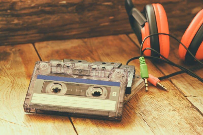 Selektiv fokus av den bästa sikten av tappninghörlurar och kassetter arkivfoton