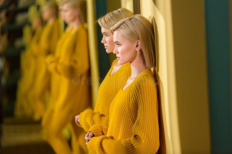 selektiv fokus av den blonda kvinnan royaltyfri fotografi