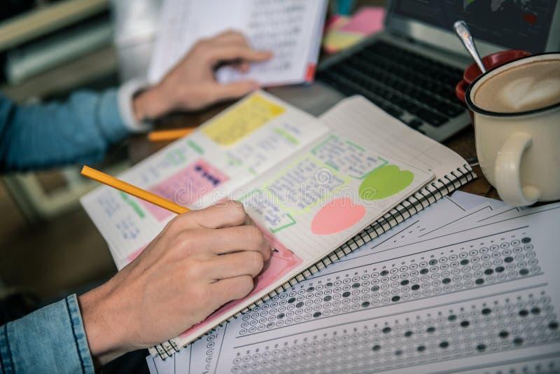Selektiv fokus av en blyertspenna som är i manliga händer fotografering för bildbyråer