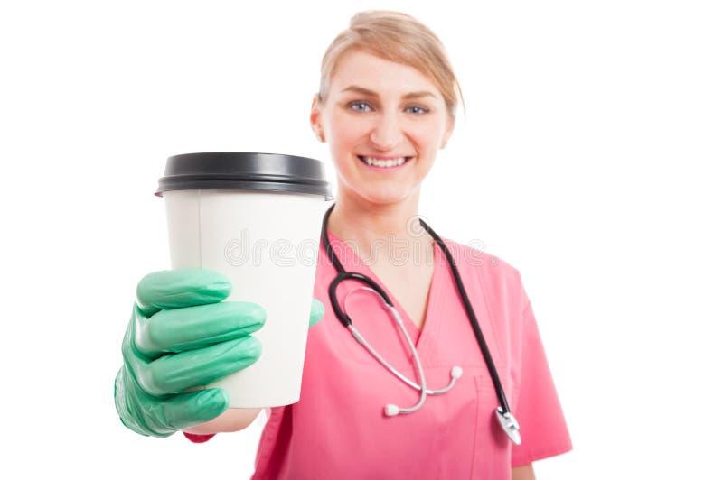 Selektiv fokus av koppen för kaffe för sjuksköterskadamvisning arkivbilder