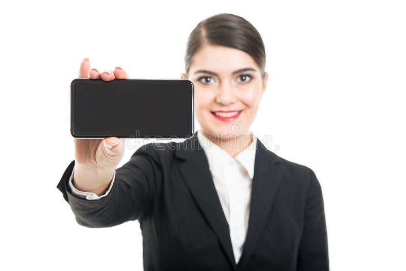 Selektiv fokus av skärmen för smartphone för stewardessvisningsvart arkivfoton