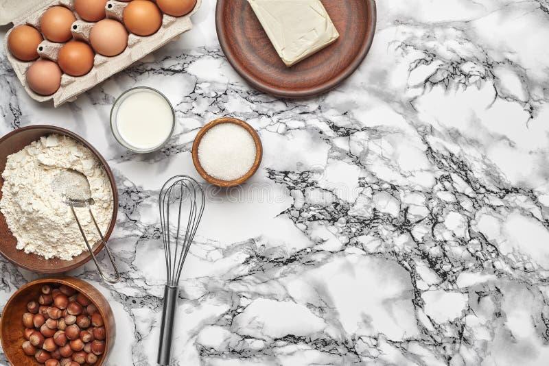 Selektiv fokus B?sta sikt av stekheta ingredienser och kitchenware p? marmortabellbakgrunden royaltyfri foto