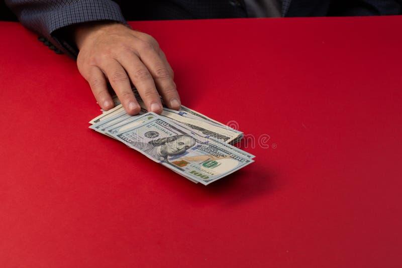 Selektiv fokus, erbjudande gruppering för man av hundra dollarräkningar täta händer upp Venality muta, korruptionbegrepp ge handp arkivfoto