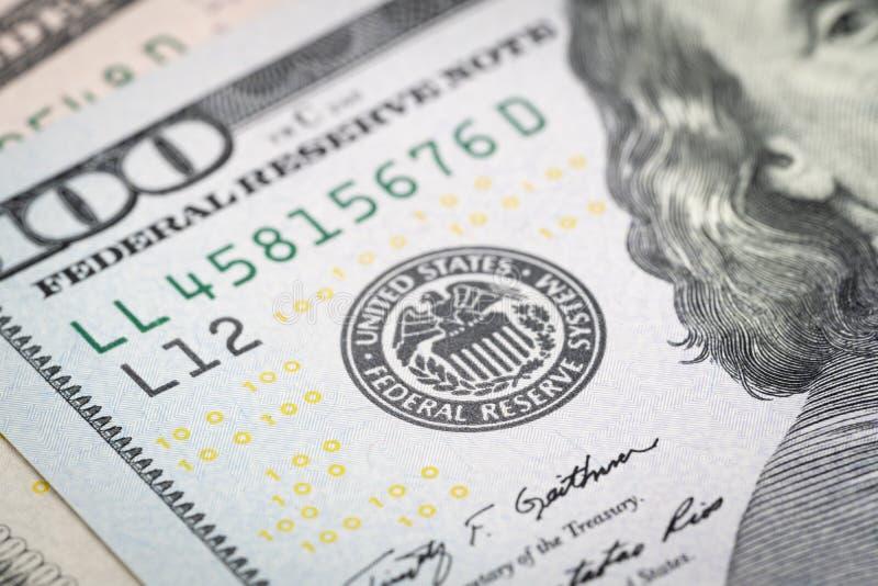 Selektiv fokus på emblem för USA Federal Reserve på hundra dollar arkivbilder