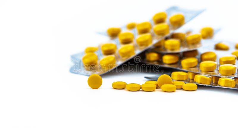 Selektiv fokus på gul minnestavlapreventivpiller på suddig bakgrund av blåsapacken av rundagulingpreventivpillerar Diclofenac med arkivbilder