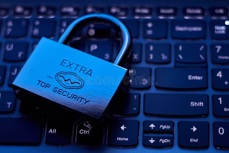 Selektiv fokus på metalllåset på begrepp för säkerhet för skydd för information om avskildhet för data för tangentbordlösenordint royaltyfria foton